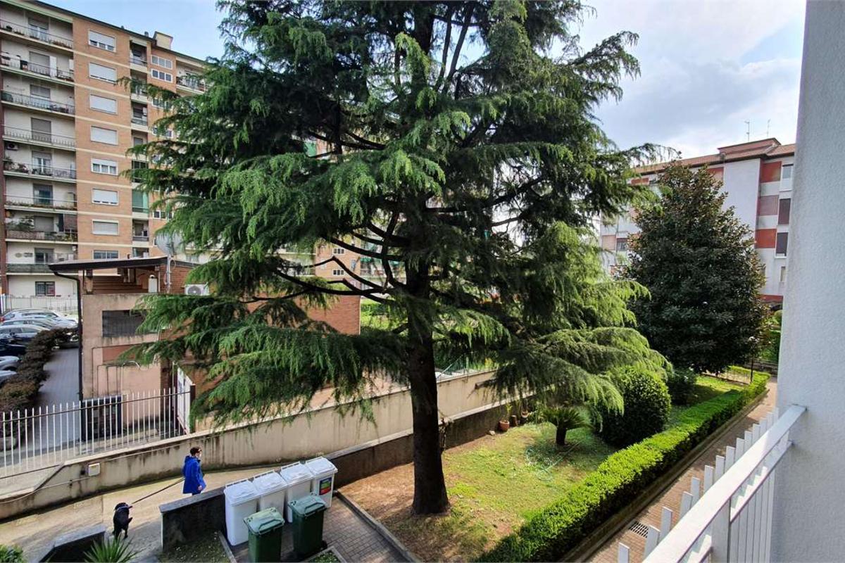 Ampio Bilocale Ristrutturato - MM Gialla Comasina in Vendita a Milano